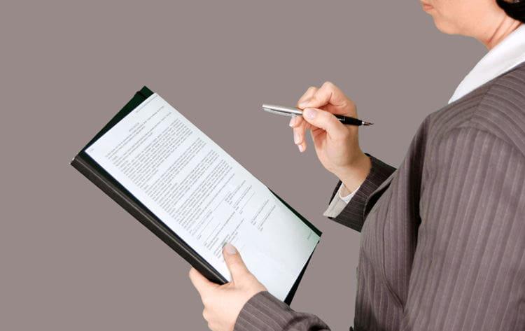 Persona mirando un manual de uso