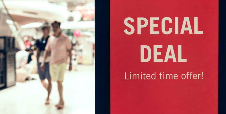 Cartel informativo sobre una oferta especial en centro comercial